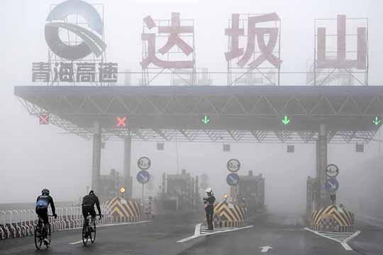 环青海湖国际公路自行车赛第七赛段遭遇冰雹大雾 挑战车手极限