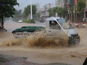 福建石狮暴雨倾盆 城市内涝严重