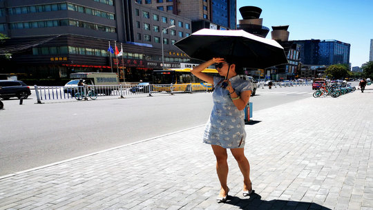 甘肃兰州今年首发高温橙色预警 街头民众避暑忙