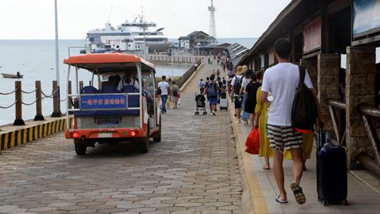 台风逐渐逼近 涠洲岛游客忙撤离