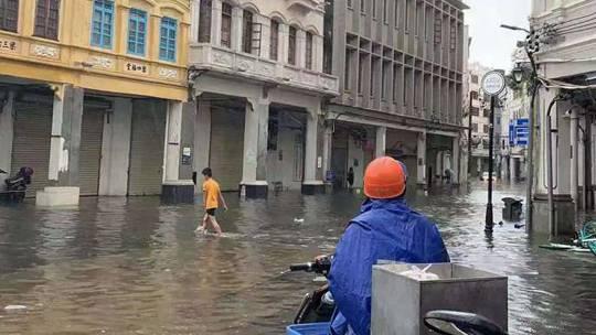"""台风?#25300;?#24085;""""来袭 海口积水?#29616;?#22823;树倒伏"""