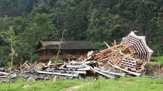 强对流天气来袭 贵州锦屏一塔楼被摧毁