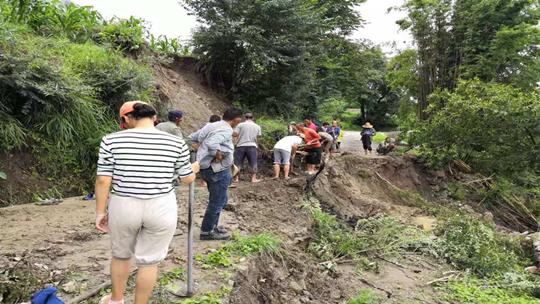 云南丽江玉龙县?#20013;?#24378;降雨 道路垮塌农户房屋进水
