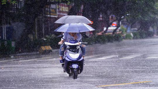 """台风?#25300;?#24085;""""影响钦州 市民强风骤雨中出行"""