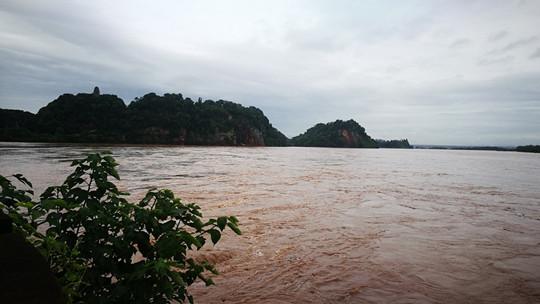 四川乐山暴雨致全城看海 市民带游泳圈出行