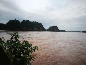 四川樂山暴雨致全城看海 市民帶游泳圈出行