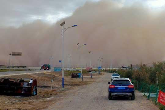 青海格尔木:沙墙几十米 天空昏黄
