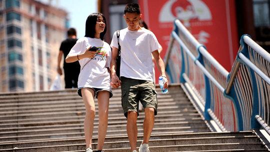 贵阳最高温超30℃ 街头尽是大长腿