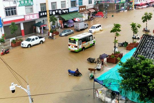 云南文山兴街镇遭遇短时强降水 积水严重烤烟被淹