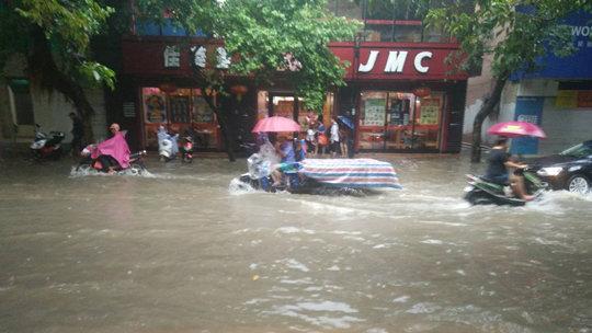 广东遂溪暴雨致道路水浸交通受阻