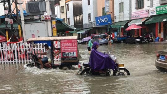 广东海丰出现短时强降水 积水最深处过膝