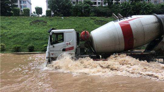 广东潮州遇大暴雨 道路积水严重