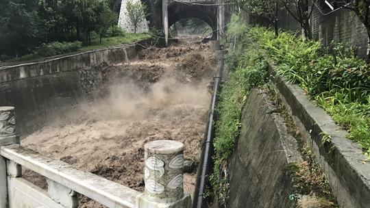 四川雅安遭持续暴雨引发山洪道路中断