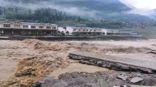 四川雅安接连三天大暴雨 洪水泛滥道路中断