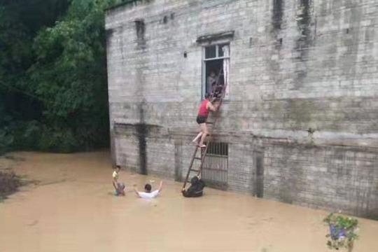 台风白鹿狂洒水 广东多地出现内涝水深过胸