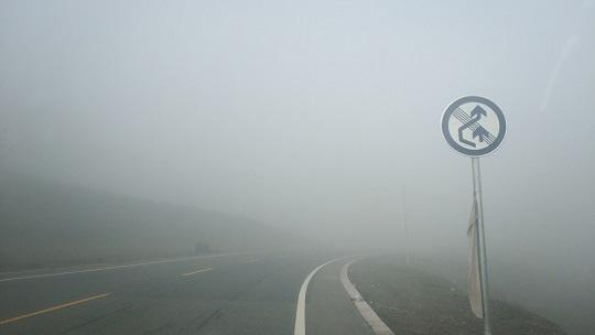 甘肃碌曲213国道线大雾笼罩 车辆缓慢前行