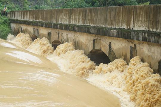 暴雨夜袭广西隆安县 河水暴涨农田被淹
