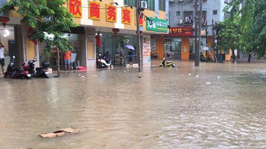 海南遭遇強降雨 多地積水河流暴漲