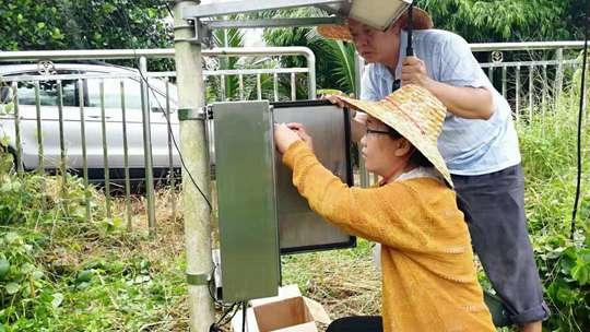 风雨中坚守:海南气象人冒雨维护自动站