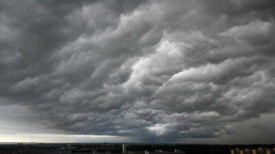 广东湛江午后天空现悬球状积雨云 降雨导致气温大跳水