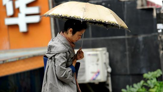 """降雨送寒来 贵阳街头外套长袖重""""登场"""""""