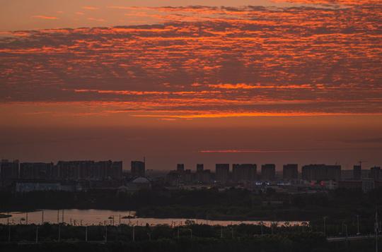 安徽芜湖出现火烧云美景 绚丽夺目