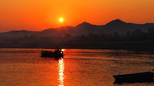 广西横县:郁江河畔红霞似火