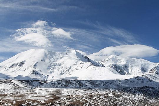 蓝天下的阿尼玛卿雪山 巍峨壮丽