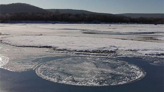 内蒙古根河:直径2米冰圆盘河中自转
