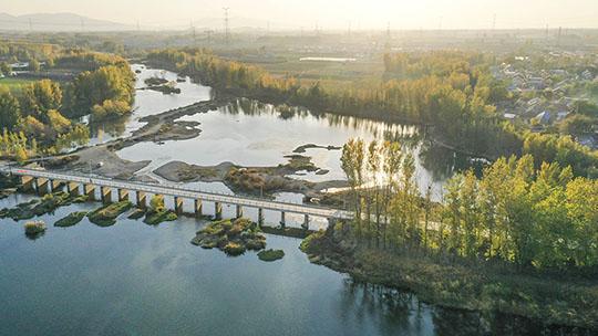 航拍河北遵化沙河湿地秋景美如画