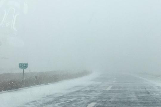 内蒙古锡盟大风飞雪 能见度变差阻出行