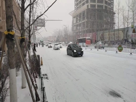 河北张家口市区普降小雪 道路积雪路难行