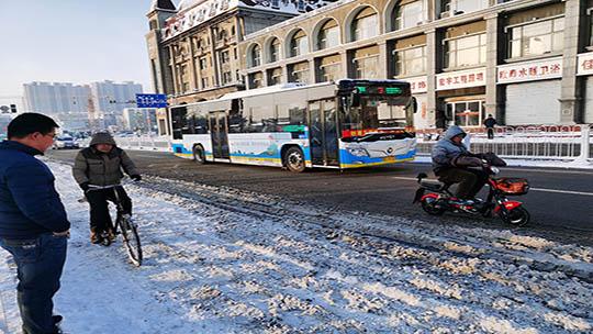 河北张家口市区大雪过后市民出行难
