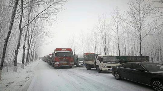 河北唐山降雪大雾天气齐袭 导致交通受阻