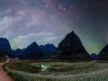 广西隆安更望湖:星空花海景色梦幻