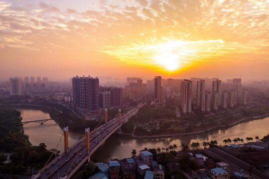 美到心醉!广西钦州太阳升 天空色彩多变幻