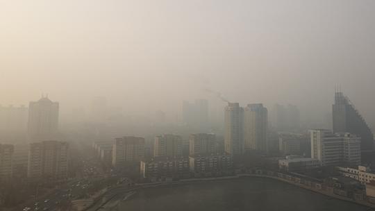 今晨浓雾笼罩天津 楼宇雾中若隐若现