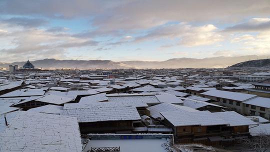 云南香格里拉迎降雪 雪后古城詩情畫意