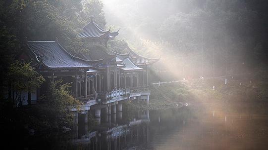 薄雾下的重庆华岩湖美不胜收