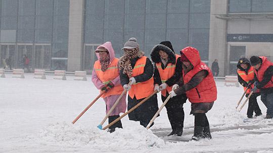 河北邯郸降雪扰春运 各部门多举措保畅通