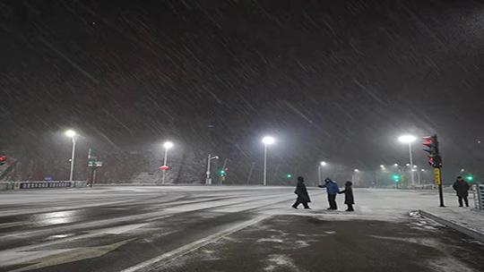 河北承德普降小雪 交通出行受影响