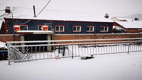 河北承德再迎降雪 市民出行受影響