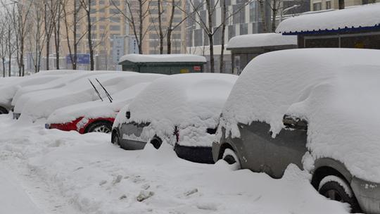 """辽宁本溪遭遇大暴雪 积雪29厘米汽车被""""淹没"""""""