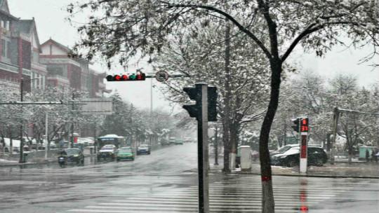 宁夏固原再迎降雪  道路湿滑出行不便