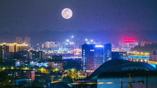 四川雅安:超级月亮现身天宇