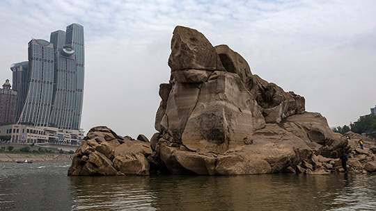 """水位下降 重庆东水门桥下""""神龟""""现身"""