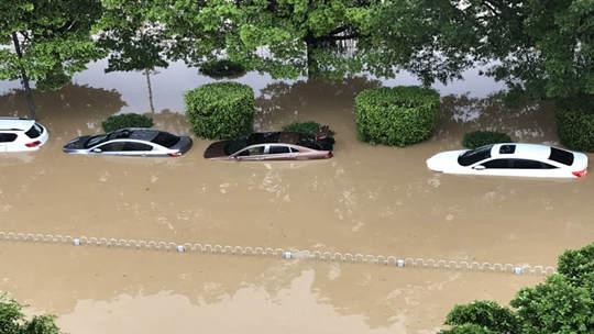 广州遭遇暴雨致水浸街 交通堵塞