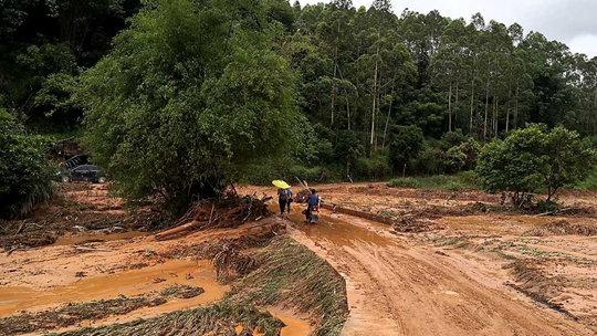 广西梧州藤县一山村暴雨引发山洪  农房倒塌汽车被冲走