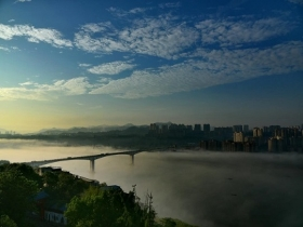 四川泸州雨后雾气朦胧 长江大桥破雾而出连两岸