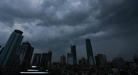 贵州贵阳:乌云压境 白昼如夜